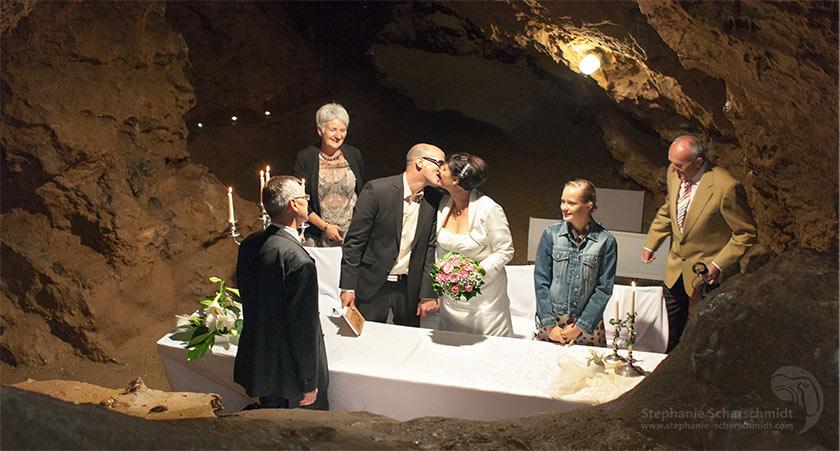 Hochzeitsfotos 65660: der erste Kuss des Brautpaares vor außergewöhnliche Kulisse (Standesamt Tropfsteinhöhle Wiehl / NRW / Deutschland ) 16. August 2013