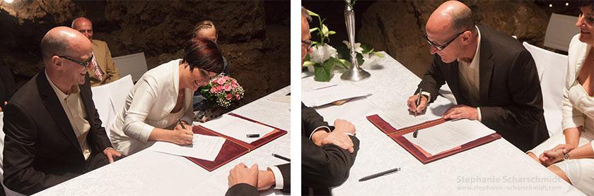 Hochzeitsfotos 65592 + 65586: Unterschreiben der Eheurkunde (Standesamt Tropfsteinhöhle Wiehl / NRW / Deutschland ) 16. August 2013