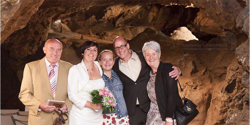 Hochzeitsfotos 65759: ungewöhnliche Hochzeitsbilder: Gruppenfotos vor romantischer Kulisse (Standesamt Tropfsteinhöhle Wiehl / NRW / Deutschland ) 16. August 2013