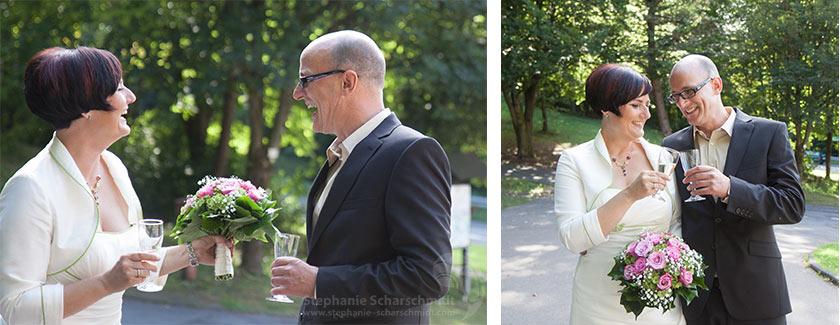 Hochzeitsfotos 65893 + 65868: sektempfang im Grünen – Hochzeitsfotograf in Wiehe NRW (Standesamt Tropfsteinhöhle Wiehl / NRW / Deutschland ) 16. August 2013