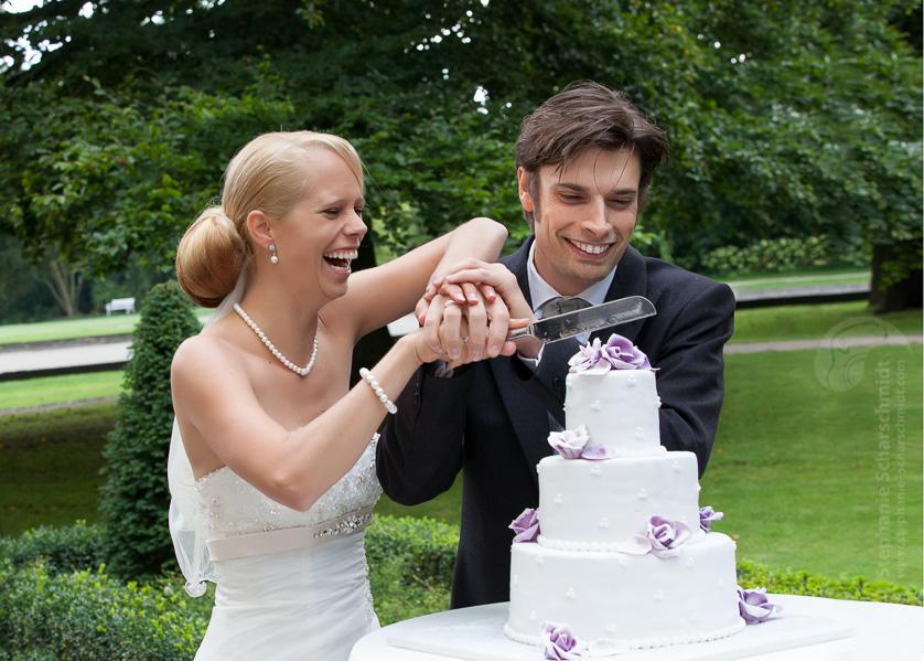 Hochzeitsfotos die Hochzeitstorte wird angeschnitten im Schloss Leyenburg (in Rheurdt, Kreis Kleve)